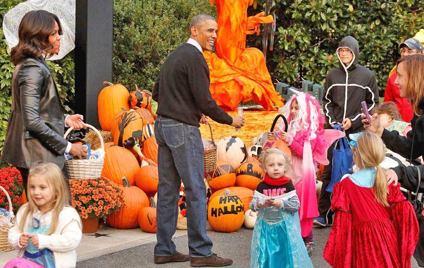 Final condicionado. Obama y Michelle celebran Halloween con niños en los jardines de la Casa Blanca.