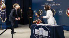 El acto de esta tarde en Washington con Biden saludando a la última mujer inmunizada.
