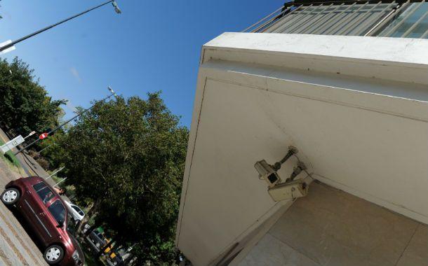 Vigilados. Las cámaras que custodian ingresos ya forman parte del paisaje urbano de todos los barrios.