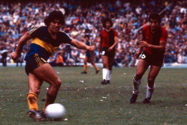 Maradona con la xeneize ante Newells en 1981.