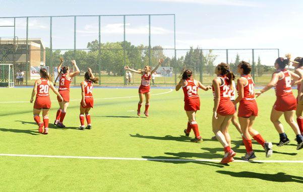 Las chicas celebran el merecido triunfo en el estadio Mundialista. (Foto: V. Benedetto)