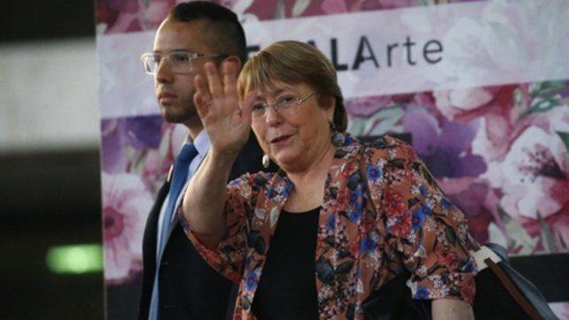 arribo. La ex presidenta chilena saluda mientras se retira del Aeropuerto Internacional Simón Bolívar en Maiquetía