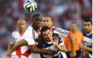 El colombiano Alvarez Balanta trata de quedarse con la pelota. River gritó ¡campeón!. (Foto: Télam)