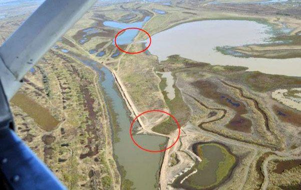 Terraplenes. La imagen aérea muestra cómo se alteran y frenan los cursos de agua en las islas del Paraná.