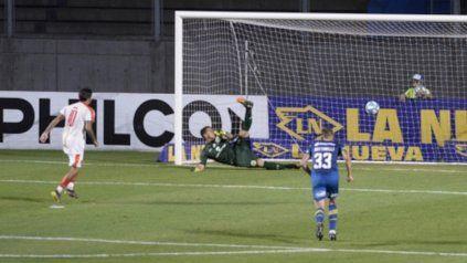 Sentencia. Ramírez marca el tercero, de penal. Al lado, Bottinelli, el que cometió la falta sobre Medina.