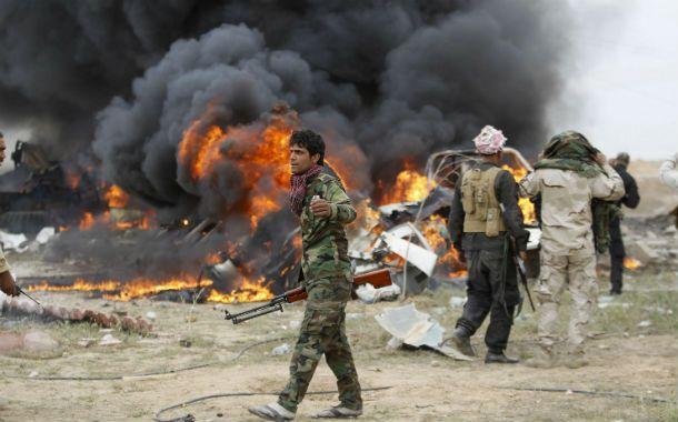 La ofensiva. Un soldado iraquí pasa frente a un coche bomba colocado por las milicias islamistas.
