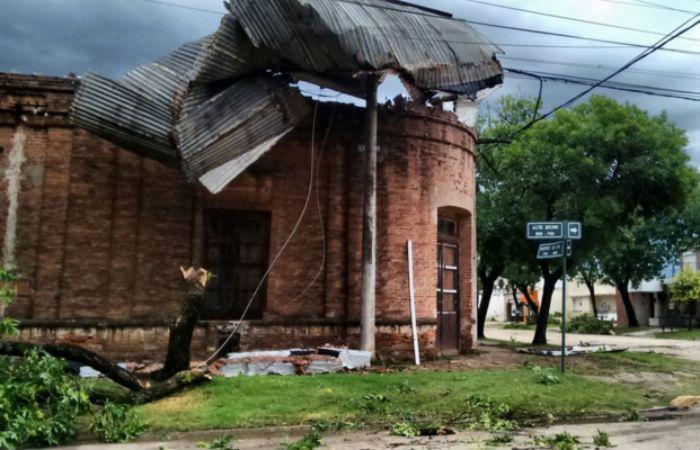 La cola de un tornado azotó la localidad de Carlos Pellegrini y provocó grandes daños