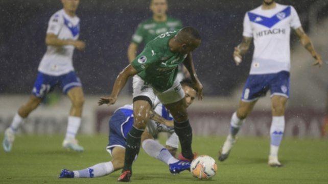 Angelo Rodriguez pelea el balón ante la marca de Francisco Ortega.