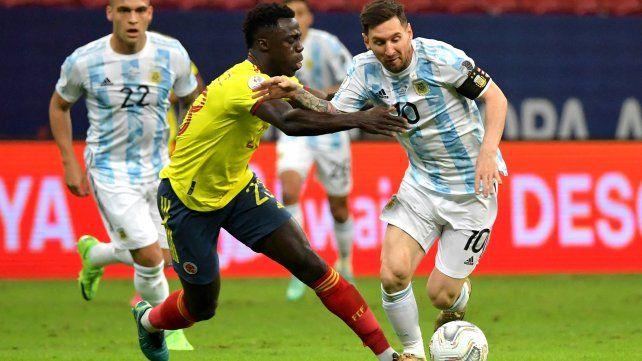 Leo sufrió una marca violenta durante todo el partido. Foto Telam.