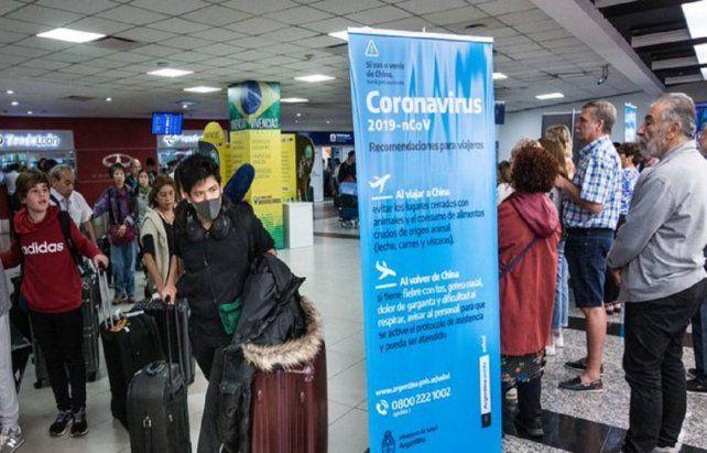 Aeropuerto. El cartel en Ezeiza previene sobre los vuelos de China. Pero los contagios llegaron de Europa.