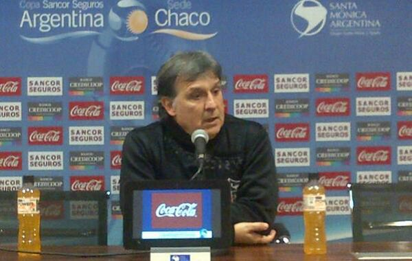 Martino festeja el titulo rojinegro en el torneo local.