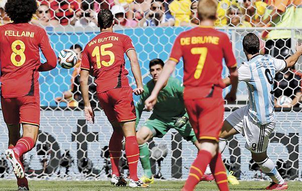 Pipita saca el remate que el arquero Courtois no alcanza a tapar. Fue el gol del triunfo.