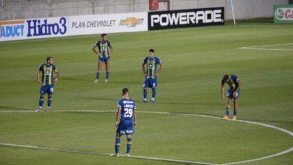 Desazón. Vecchio, Damián Martínez, Villagra, Rinaudo y Martínez Dupuy sufren la goleada correntina.