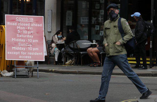 Restricciones. Un cartel con el calendario de cierres por zonas y calles en Londres.