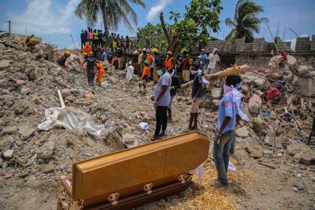 Personas junto al ataúd con los restos de Francois Elmay quien falleció dentro de su vivienda.