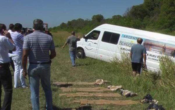 En la banquina. La camioneta cargada de droga e identificada como oficial apareció tumbada junto a la ruta 4.