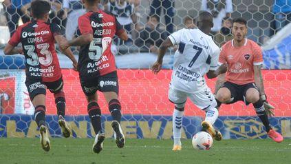 Carbonero toca a la derecha de Macagno y abre el marcador.