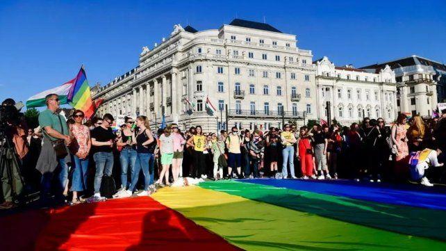 Manifestantes defensores del colectivo colectivo LGTBIQ+ marcharon por las calles de Budapest contra la ley que prohíbe la promoción de la homosexualidad.