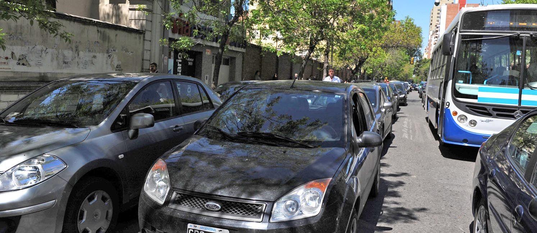 Estacionar en doble fila es una transgresión permanente a la salida de escuelas y colegios del macrocentro de Rosario. (Foto: N. Juncos)