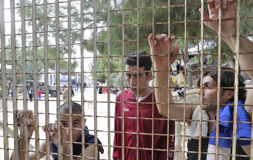 Hacinados. Tres de los 1.000 indocumentados que alberga el centro de refugiados