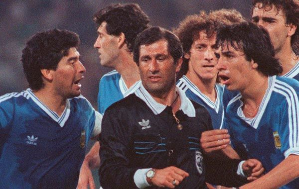 Maradona y Basualdo le reclaman airadamente a Codesal por el penal que cobró sobre el final.