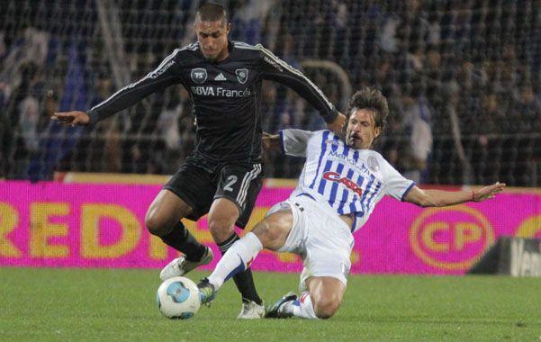Sin diferencias. El defensor Maidana es presionado por el delantero Mauro Obolo.