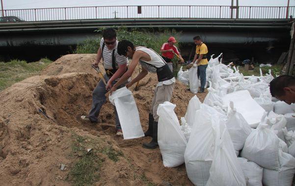 Manos a la obra. En Colastiné Sur se realiza la reparación de cárcavas y se hacen tareas de bolseo para intentar contener el avance de las aguas.