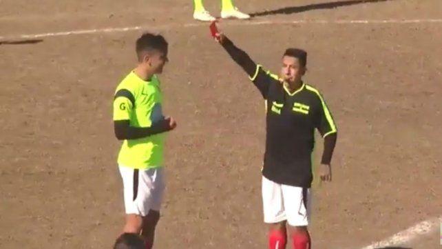 Mientras define su llegada al Parque, Sarmiento se dio el gusto de sacarle la roja a Paulo Dybala