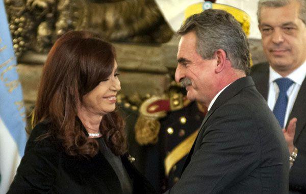 Rossi es saludado por la presidenta durante su juramento como ministro.