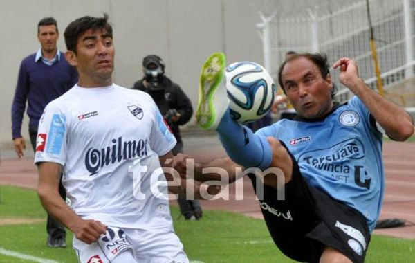 Gastón Turus trata de controlar la pelota de manera poco ortodoxa ante la marca de Carrasco. (Foto: Télam)