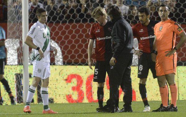 Mateo conversa con el doctor Juan Ignacio Bóttoli el dìa de su lesión ante Banfield