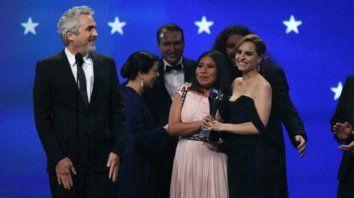 Alfonso Cuarón junto a Yalitza Aparicio y Marina de Tavira. El filme de Netflixse llevó cuatro estatuillas.