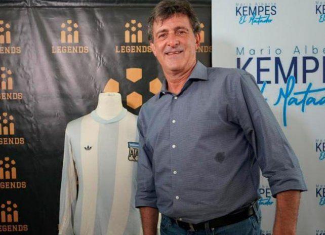 Kempes se reencontró con la camiseta que uso en la final del Mundial de 1978