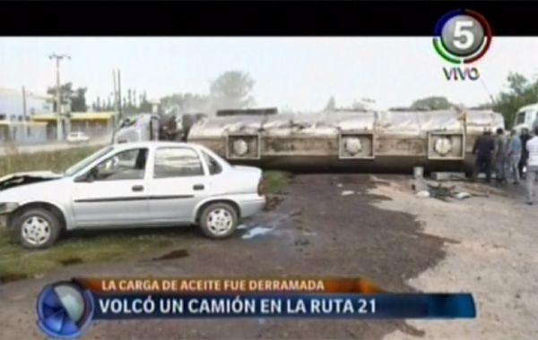 Un camión chocó y volcó en la ruta 21 y derramó parte de su carga de aceite