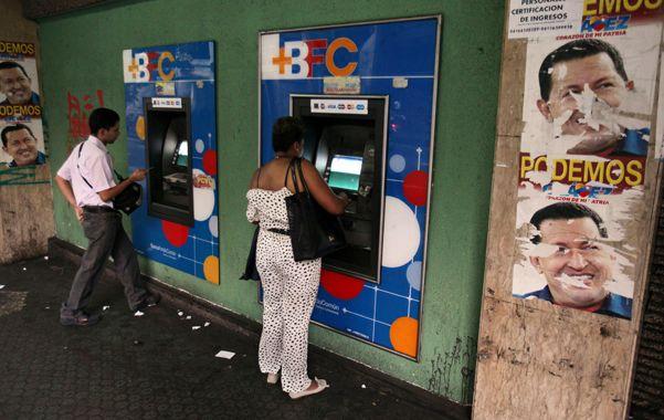 Dinero que quema. Los venezolanos vaciaban ayer los cajeros automáticos para cambiar sus bolívares por bienes.