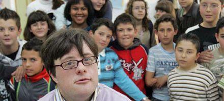Un joven down logró graduarse de  maestro universitario en España
