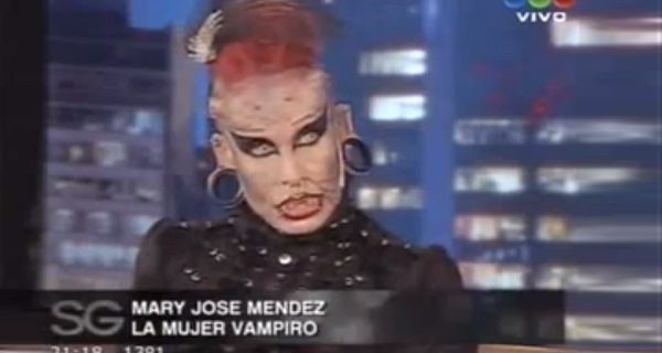 La exótica mujer vampiro visitó a Susana y mostró sus cuernos de titanio