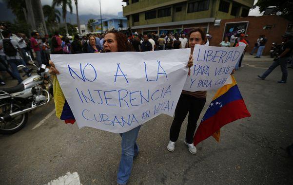 Malestar social. Partidarias de la oposición venezolana protestan frente a la embajada cubana en Caracas.