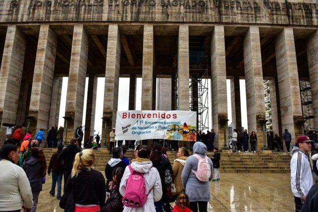 Esta mañana en el Monumento a la Bandera. La lluvia conspiró contra la apertura del Encuentro.