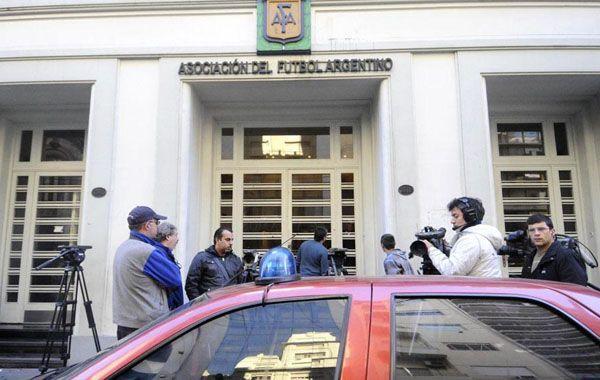 Efectivos policiales y funcionarios judiciales concretaron el allanamiento a la AFA (DyN).