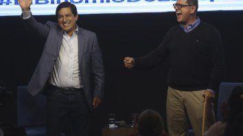Festejo efímero. El candidato Andrés Arauz, junto con su vice, Carlos Rabascall, celebró anoche su primer lugar. En ese momento creía en una victoria en primera vuelta.