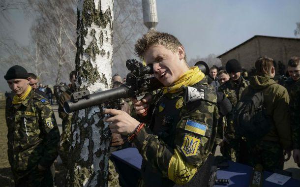 Juegos de guerra. Un joven ucraniano de las fuerzas de autodefensas apunta con un lanzagranadas.