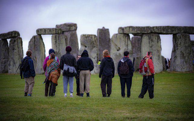 Turistas festejan el solsticio de verano en Stonehenge