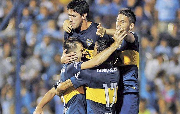 Montaña Xeneize. Martínez festeja con sus compañeros el primer gol de Boca.