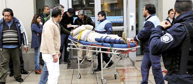 Varias personas asistieron al empleado de 52 años baleado en la puerta del Citibank ayer a las 13.25. Dos peatones le hicieron un torniquete para frenar la hemorragia al herido