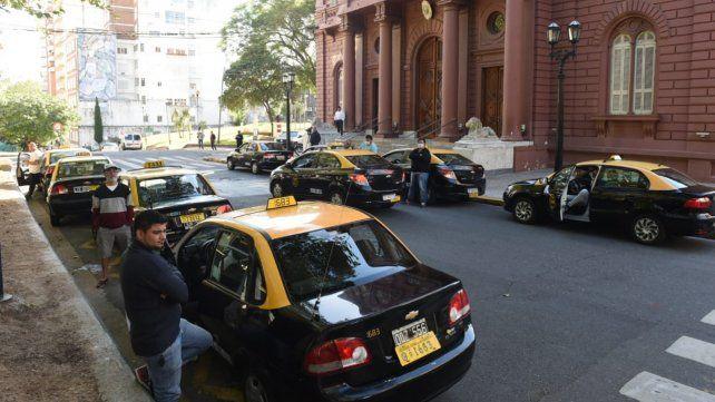 Taxistas reclamaron ayuda económica frente a la Municipalidad