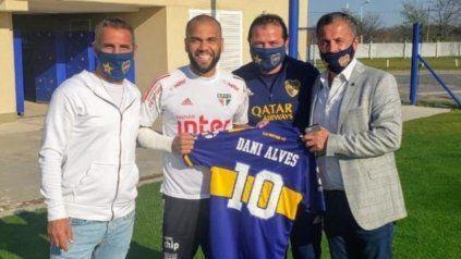 Raúl Cascini, Alves, Marcelo Delgado, y Alejandro González, vocal titular del club, en el centro de entrenamientos de Ezeiza donde San Pablo practicó esta tarde para enfrentar mañana a River.