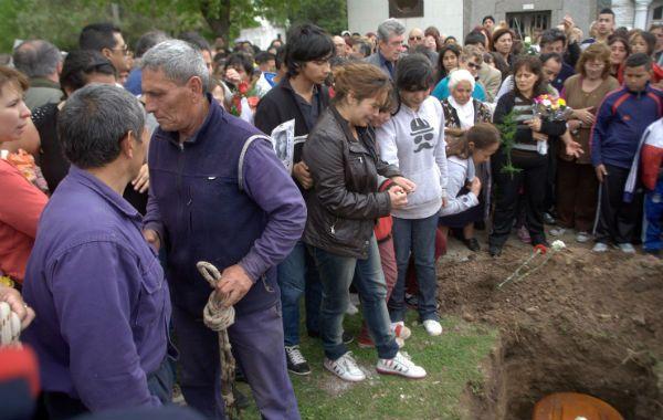 Consternación. Momento sentido en un cementerio privado de González Catán al ser inhumada Araceli Ramos.