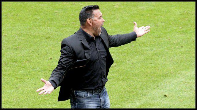 El técnico Fernando Gamboa no paró de dar ordenes durante todo el partido.