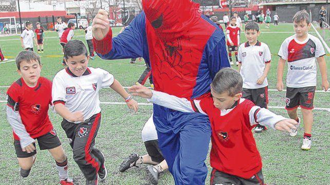 En Newells Old Boys. Los pibes rojinegros festejaron su día con todo en la escuela de fútbol infantil Islas Malvinas.